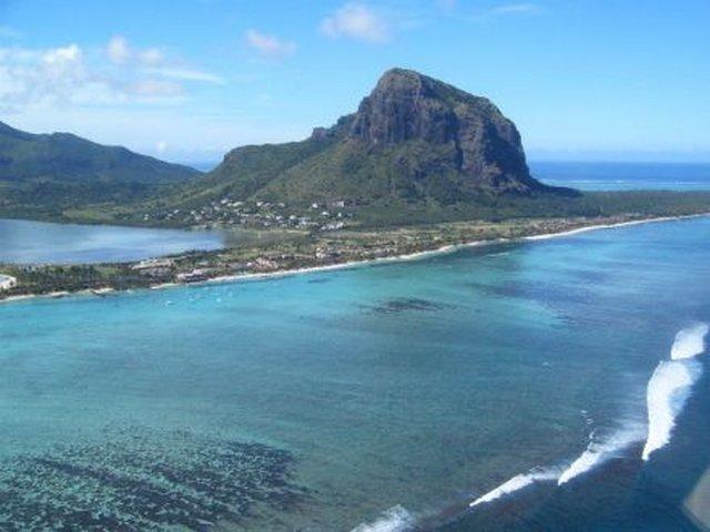 Острова Маврикия считается более солнечным, оно лучше защищено от ветров, и